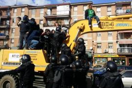 Siete detenidos por lanzar gasolina a la policía para parar un desahucio en Madrid