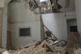 Un edificio de tres plantas abandonado se derrumba en Manacor