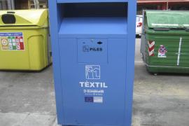 Emaya y Cáritas acuerdan mantener sus contenedores de recogida de ropa