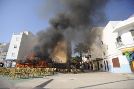 Alarma en s'Illot al incendiarse por completo un popular bar de la primera línea