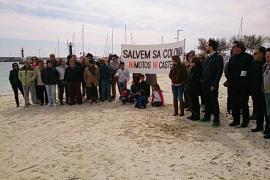 Un centenar de personas se concentran contra el parque acuático en la Colònia de Sant Jordi