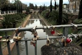 Cort retira los candados atados al puente de la Riera por precaución