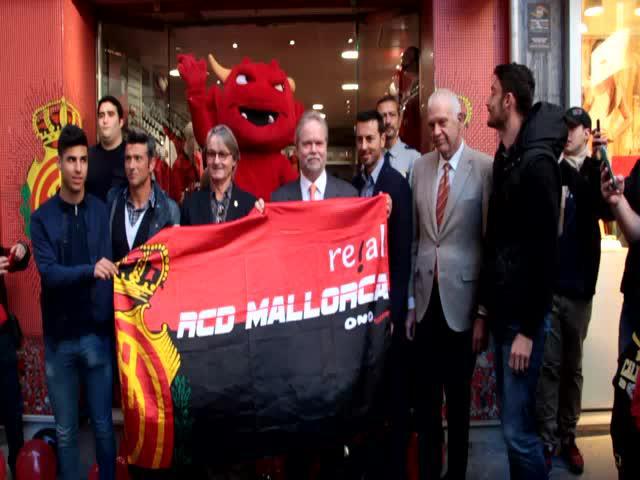 Ilusión y entusiasmo en la reapertura de la tienda oficial del Mallorca