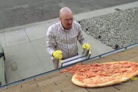 Fans de 'Breaking Bad' tiran pizzas al tejado de la casa de Walter White