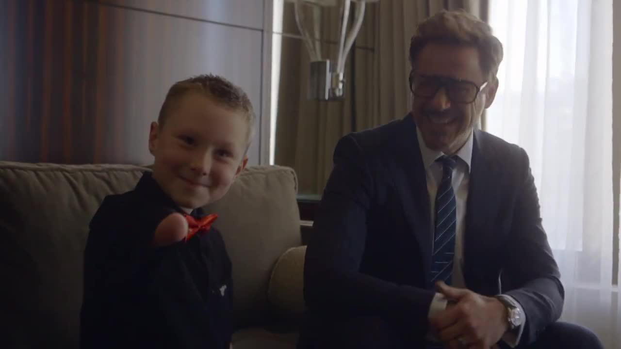 Robert Downey Jr. regala a un niño un brazo biónico de Iron Man