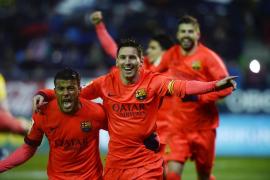 El Barça llega líder al Clásico al ganar en Ipurúa con doblete de Messi