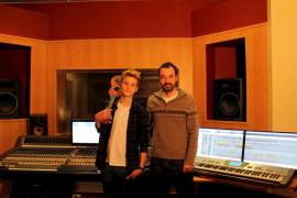 Daniel Ambrojo apadrina el debut de Calum, un disco de «pop fresco»