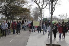 Padres y alumnos del Joan Miró se manifiestan para que se solucione el mal estado del centro