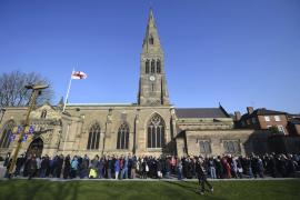 Cientos de personas hacen fila para ver el ataúd del rey inglés Ricardo III