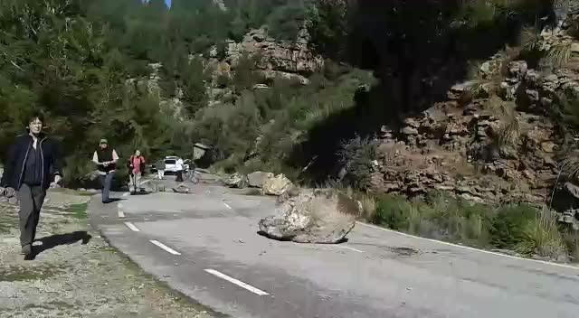 Espectacular desprendimiento de rocas sobre la carretera de Tuent