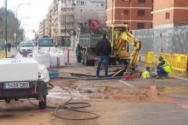 La rotura de una tubería provoca una fuga de agua en la calle Manuel Azaña de Palma