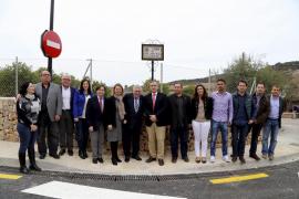 Pere A. Serra, en el centro, flanqueado por el alcalde de Sóller, Carles Simarro, y la presidenta del Consell, Maria Salom, junt