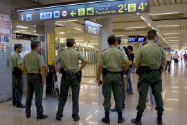 Guardias civiles CON UNA BOMBA LAPA EN UN COCHE PATRULLA EN PAL