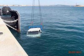 Un camión cae al agua en el puerto de Palma