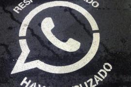 Mensajes en los pasos de peatones advierten del peligro de usar WhatsApp cruzando