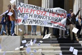 Una veintena de anarquistas irrumpe en el Parlamento griego
