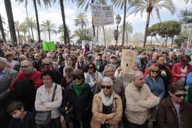 Centenares de personas se concentran contra la 'desaparición' de los canales 3/24 y 3/33