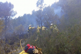 Los bomberos extinguen un incendio en la zona de Gènova