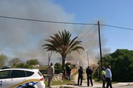 Un incendio cerca una casa habitada en el Port de Andratx
