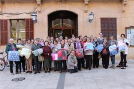 Asociaciones de Santanyí tejen nueve mantas para las casas de acogida de mujeres