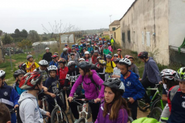 Alumnos de Manacor participan en una bicicletada solidaria a favor de Can Gazà