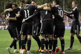 El Real Madrid sufre en Vallecas para seguir la estela del líder