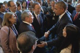 Saludo informal de Obama y Castro en la apertura de la Cumbre de las Américas