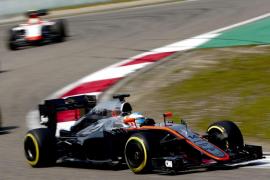 Alonso cumple en «la primera vez que hago más de 22 vueltas» con el MP4-30