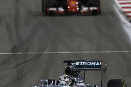 Hamilton gana en Baréin, donde Alonso ha terminado undécimo