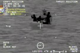 Un superviviente eleva a 950 los ocupantes del barco naufragado