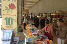 Sant Jordi engalana las calles con libros y rosas