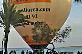 Un golpe de viento provoca que un globo con turistas caiga en Cala Millor