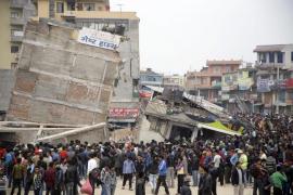 Nepal cuenta alrededor de 2.000 muertos mientras la tierra sigue temblando
