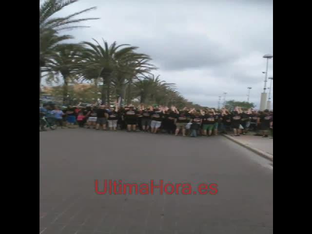 Un centenar de turistas cortan el tráfico en la Platja de Palma