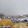 Un alpinista graba cómo una avalancha sepulta el campo base del Everest