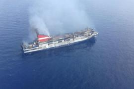 No hay vertidos del ferry incendiado y se trabaja en enfriar el casco