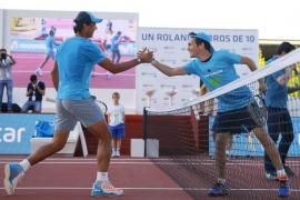 Rafa Nadal peloteó con 24 aficionados en Madrid