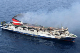 Preparan el remolque a puerto del 'Sorrento' tras sofocar el incendio