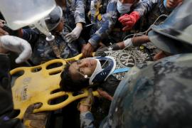 Rescatan con vida a un joven nepalí tras cinco días bajo los escombros