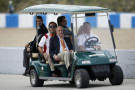 El rey Juan Carlos, a un periodista: «Quita el micrófono de ahí»