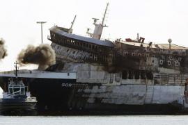 Vista del buque Sorrento, incendiado el pasado 28 de abril a 18 millas al suroeste de Mallorca.
