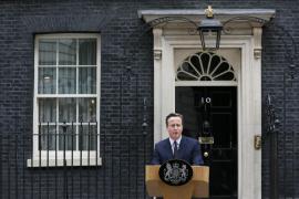 La reina Isabel II encarga a David Cameron que forme gobierno