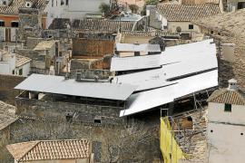 Una cubierta metálica protege el tejado de Can Olesa