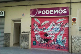La sede de Podemos en Palma aparece llena de pintadas