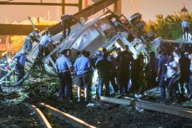 Al menos 6 muertos y 140 heridos al descarrilar un tren en Filadelfia