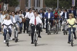 Rajoy entra en la campaña de Madrid pedaleando con Aguirre y Cifuentes