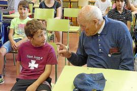 Los 'padrins' rejuvenecen la memoria para enseñar y aprender en la escuela