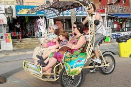 Los 'bicitaxis' desatan una guerra contra taxistas y calesas en la Platja de Palma