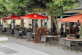Cort lleva casi un año sin clausurar un bar con terraza sin licencia
