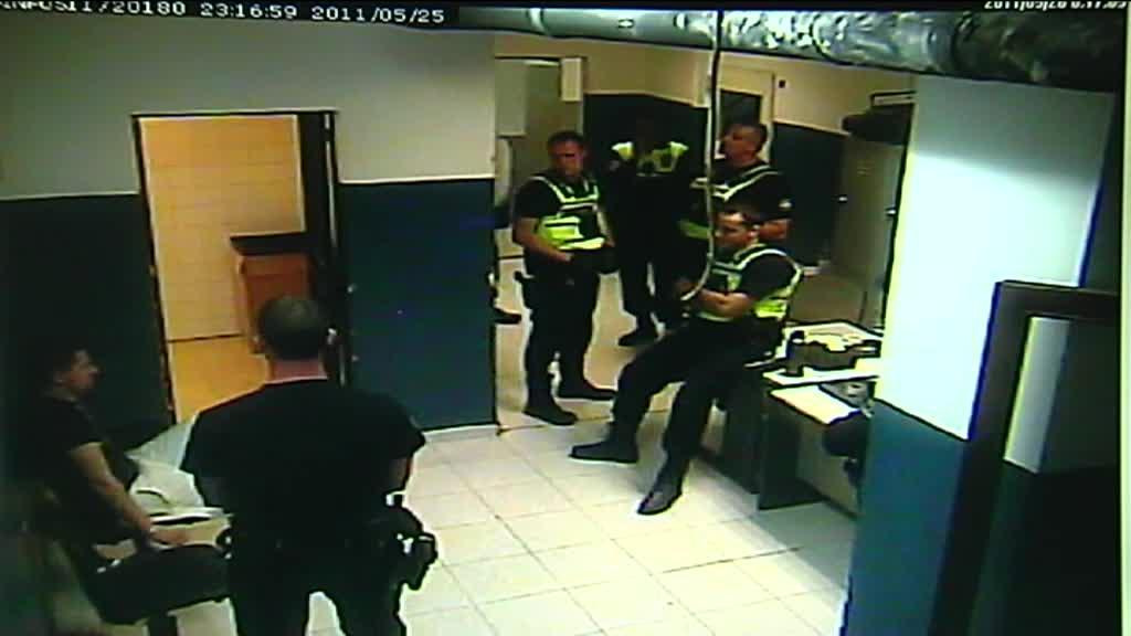 Un policía local de Palma admite que dio dos patadas a un detenido esposado